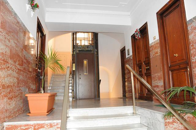 Accesso alle scale condominiali di clienti del bar al for Produttore di piano terra del punto vendita