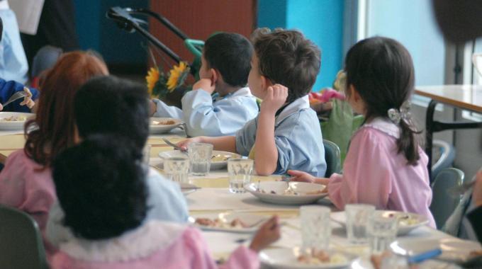Consumare il pasto a scuola portato da casa: in una nota ANCI gli obblighi dei Comuni e delle Scuole